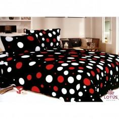 Cuvertura de pat catifelata, neagra cu buline albe si rosii, cu 2 fete de perna.