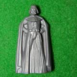 Jucarie Star Wars, figurina Darth Vader cu vizor pe care se vere poza cu actorul