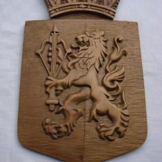Impresionant blazon din lemn gravat cu anul 1951