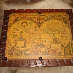 Harta Lumii (litografie) pe carton, suport lemn, rama sculptata din lemn masiv.