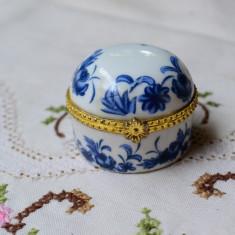 FRUMOASA CASETA MICA DIN PORTELAN CU CAPAC, MODEL FLORAL PE ALBASTRU, Decorative