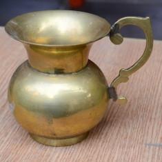 CARAFA / OBIECT DECORATIV DIN ALAMA MASIVA CU O ANSA, NECURATAT (A) - Metal/Fonta, Vase