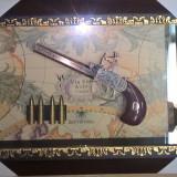 Panoplie arme clasice cu un singur pistol tablou pe fundal cu harta si gloante