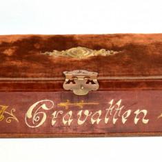 Cutie veche catifea brodata manual, pentru cravate, posibil saseasca