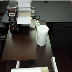 Distribuitor automat de etichete autoadezive de forma dreptunghiulara,