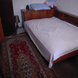 Dormitor vechi din anii 70, din lemn masiv acoperit cu furnir din nuc lacuit
