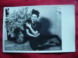 Fotografie -Tanara langa Vaza cu Flori 1941 ,dimensiuni carte postala