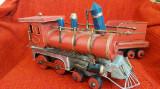 Veche locomotiva si vagon din tabla