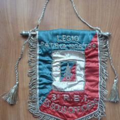 Fanion din matase al Regimentului 3 Infanterie din Legiunea Straina si insigne