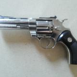 Pistol vechi, metalic, bricheta, aspect realistic