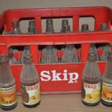 Lada veche cu sticle de suc Skip, Maracuja. 24 sticle vechi. Sticla suc colectie