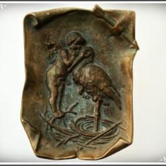 SUPERBĂ! FARFURIOARĂ / SCRUMIERĂ F VECHE DIN BRONZ - CUPIDON ȘOPTIND UNEI BERZE! - Metal/Fonta, Ornamentale