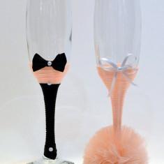Paharele sunt din sticla, imbracate cu snur si pampon din tull. Model 9