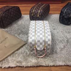 Borseta/geanta de mana/voiaj/cosmetice Louis Vuitton Damier Azur UNICA IN RO !!! - Geanta Barbati Louis Vuitton, Marime: One size, Culoare: Alb, Asemanator piele