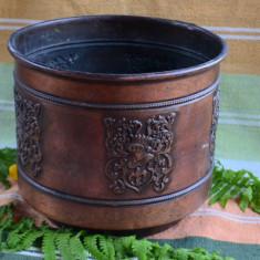 JARDINIERA MARE DIN METAL USOR IN CULOAREA CUPRULUI CU MODELE IN RELIEF - Metal/Fonta, Jardiniere