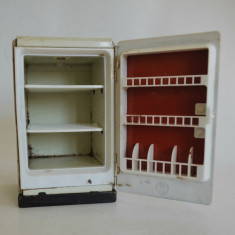 Jucarie veche din tabla Frigider cu baterie - Germania, anii '50 - '60 MFZ