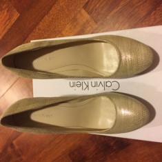 Pantofi dama originali Calvin Klein, model Kendall - Pantof dama Calvin Klein, Culoare: Auriu, Marime: 37, Cu toc