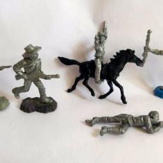 #9 Lot: 5 cowboy plastic gri-argintiu si 1 cal, cca. 6cm, marcati TEXAS