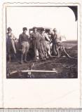 bnk foto - Poza interbelica -  Prahova - Cocorasti - Masina cu muncitori pe camp