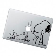 Sticker pentru Apple Macbook cu catelul Snoppy