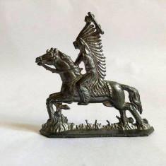 Figurina de metal/plumb, veche, indian calare, capetenie, cu topor, 6.5x7cm