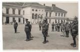 M.S. Regele Carol al II lea si grup de ofiteri, la Scoala de artilerie Timisoara