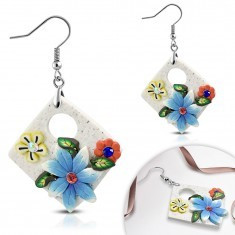 Cercei din FIMO, pătrat alb, atârnat, cu flori şi decupaj oval - Cercei fimo