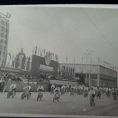 Iasi, pionieri RPR, defilare pe biciclete, fotografie rara