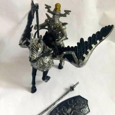 Cavaler (11cm), cal inaripat (12x15cm) si accesorii, plastic,