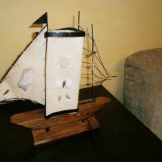 Veioza artizanala corabie, lemn si panza, stare buna!