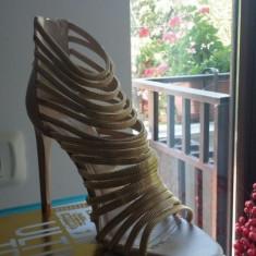 Sandale superbe din zara, de culoare nud cu bretele aurii - Sandale dama Zara, Culoare: Nude, Marime: 38
