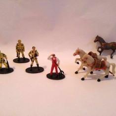 Lot figurine mici soldati si cai, plastic moale, 3.5cm oamenii, 5x4cm caii