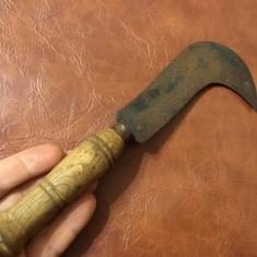 Scule / unelte vechi - secera veche model cosor cu maner din lemn ! - Metal/Fonta