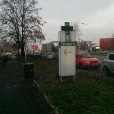 Cruce farmacie cu totem stradal