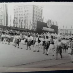Fotografie rara defilare Iasi , Republica Populara Romana, costume nationale