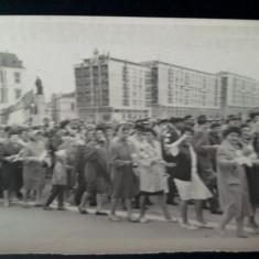Fotografie RPR defilare Iasi,  Piata Unirii Statuia lui Cuza