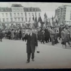 Fotografie RPR defilare Iasi,  Piata Unirii Statuia lui Cuza si Hotel Traian