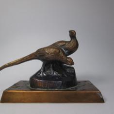 E Mica statueta veche de cositor cu doi fazani, posibil japoneza