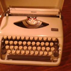 Masina de scris portabila TRIUMF