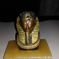 Statueta Tutankamon, veche, demontabila, din alama pe suport de roca translucida - Figurina/statueta