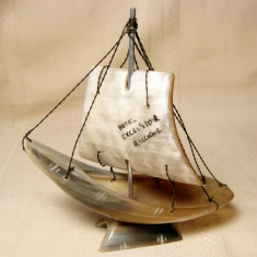 Barca cu panza realizata manual din corn de bovina 14cm - Macheta Navala