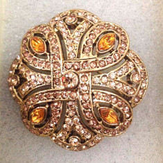 Brosa dama ELEGANTA/Martisor vintage placata cu aur 18K si cristale Swarovski