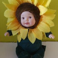 Papusa / papusica bebelus in costum de floarea soarelui, marca Anne Geddes, 18cm