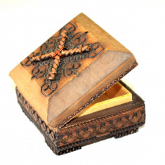 Cutiuta, cutie pentru bijuterii, realizata artizanal din lemn pirogravat