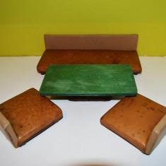 Set mobilier pentru papusi, joaca copii: masa, 2 scune fotolii si o canapea