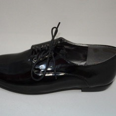 Pantof negru cu aspect lucios, toc mic si inchidere cu siret (Culoare: NEGRU, Marime: 35) - Pantof dama