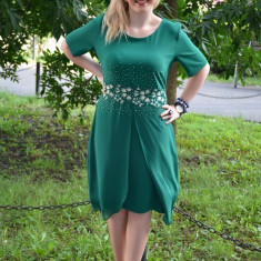 Rochie feminina masura mare, de culoare verde, cu strasuri aurii (Culoare: VERDE, Marime: 42)