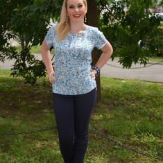 Bluza fashion cu flori mici albastre, decolteu mic, maneca scurta (Culoare: ALBASTRU, Marime: 48)