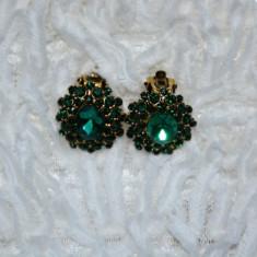 Cercei rotunjiti cu aspect clasic, din cristale negre, verzi si strasuri (Culoare: NEGRU) - Cercei Fashion
