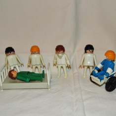 Piese Playmobil System Geobra 1976, carucior cu rotile, pat spital, asistente - Jucarie de colectie